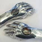mani con ispezione per reliquia maschera di San Giuseppe da Copertino