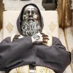 Particolare del volto e delle mani applicate sul corpo del santo
