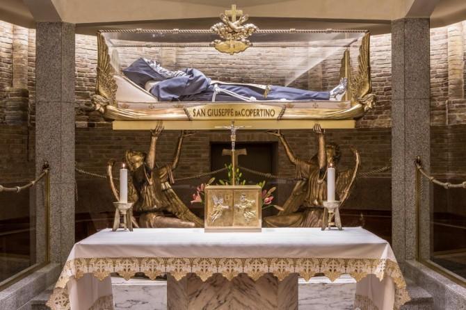 Altra vista della teca contenente il santo dove si puo notare il parapetto in vetro con corrimano in ottone raffigurante il cordone francescano reallizato da noi